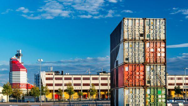 """Vy över Göteborg den kända byggnaden som kallas """"läppstiftet"""" syns i bakrgrunden. Den är röd och vit."""