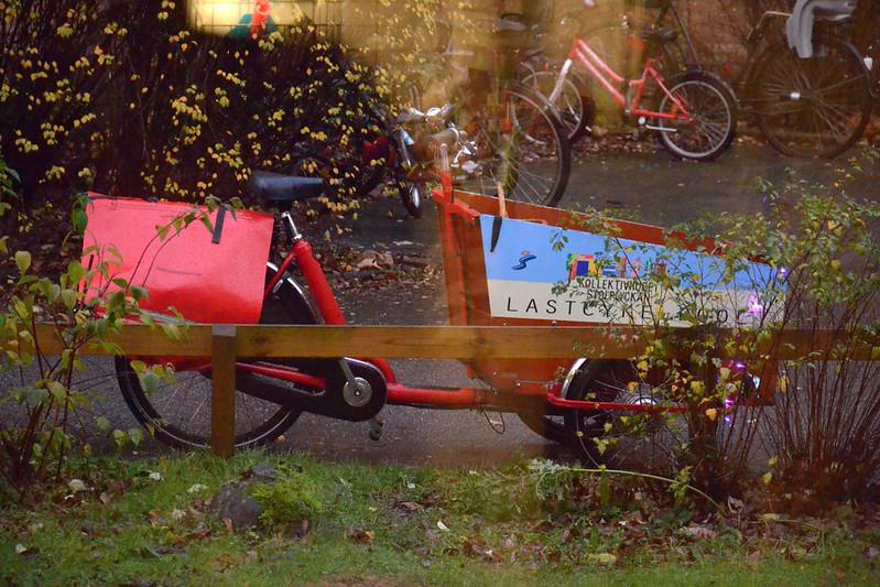 En lastcykel parkerad bredvid en cykelväg