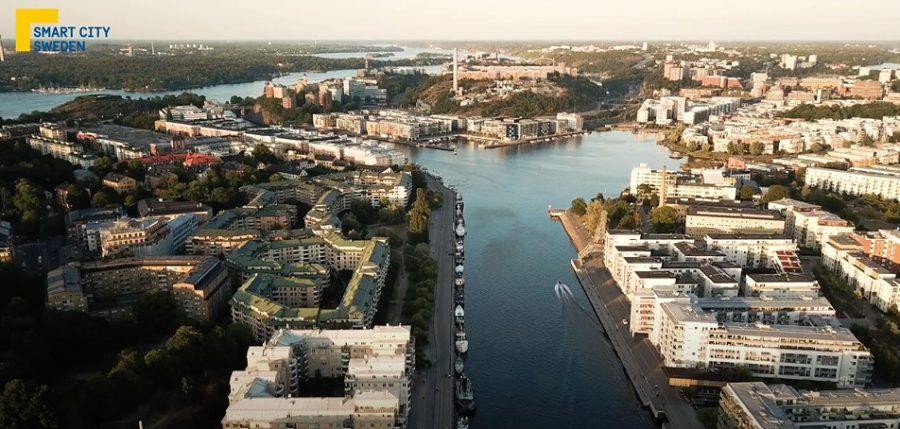 Ett flyg foto över en stad, vatten delar av mellan husen