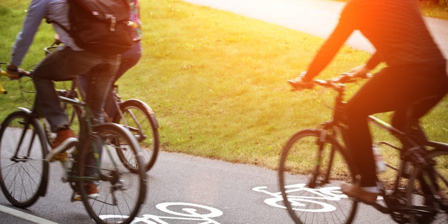 Tre personer cyklar på en cykelbana
