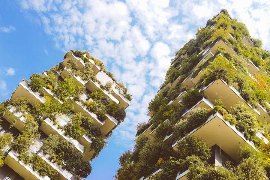 Växtbeklädda skyskrapor mot blå himmel