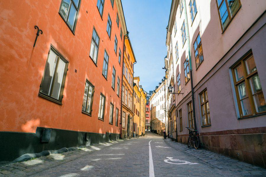 En folktom gata i en stad