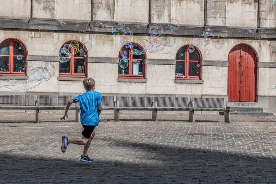 Ett barn springer över ett torg