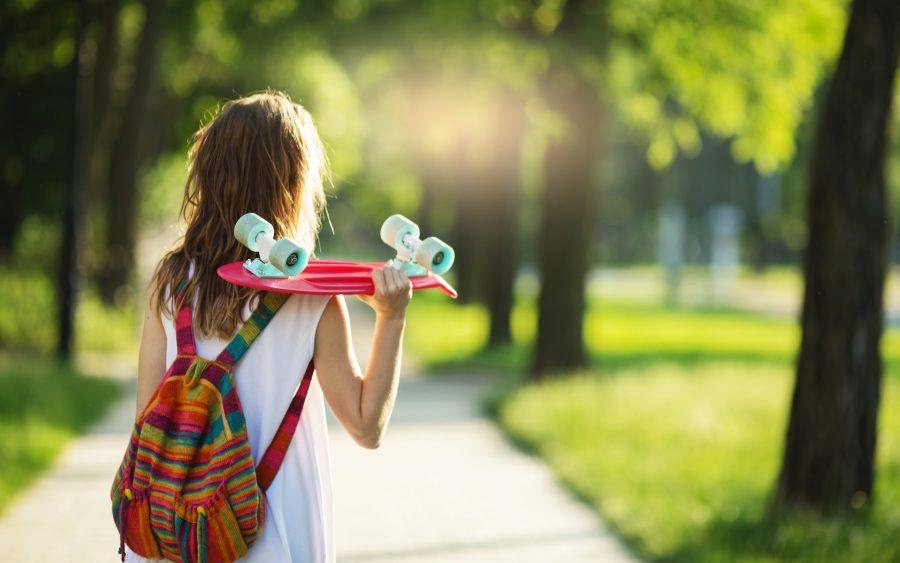 En flicka går i en park
