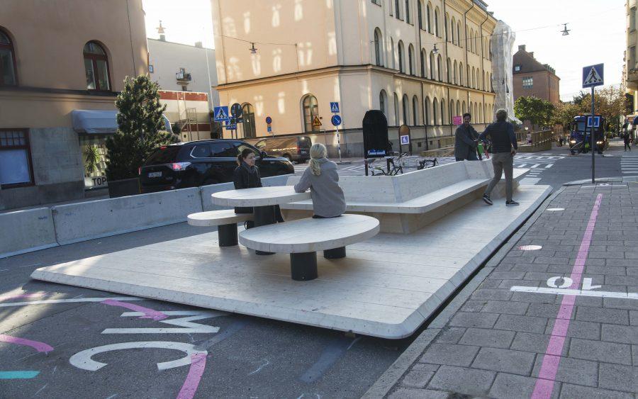 Bord och stolar som placeras på gatan