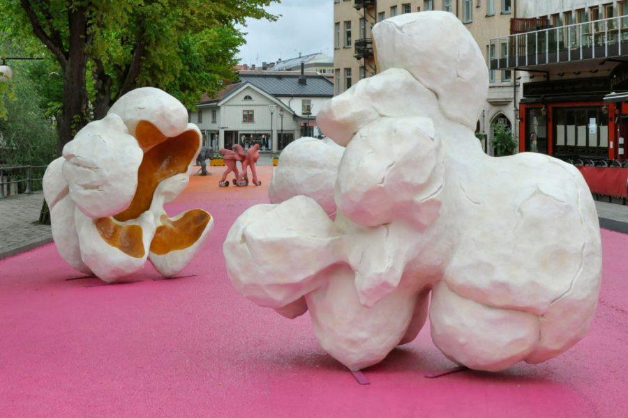 Skulpturer fomade som popcorn på en gata i en stad
